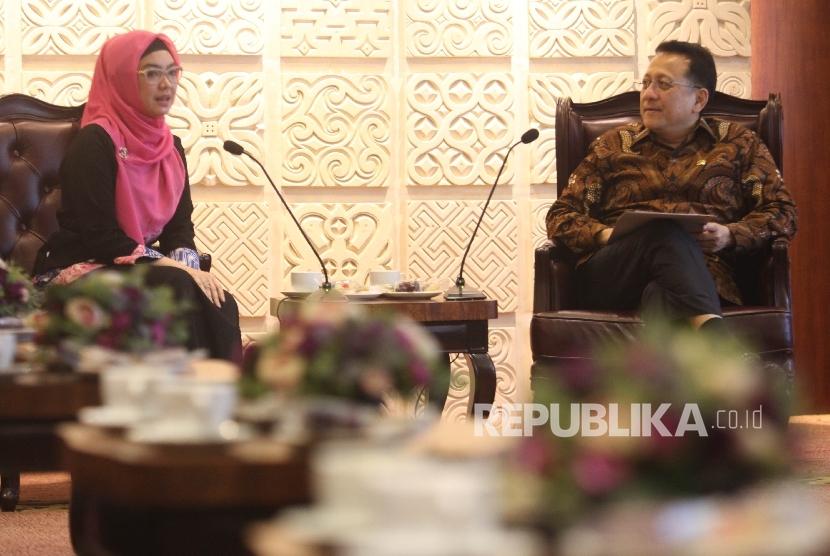 Ketua DPD RI Irman Gusman (kanan)saat menerima audiensi Ketua Ikatan Pengusaha Muslimah Indonesia (IPEMI) Ingrid Kansil (kiri) dan jajaran pengurus IPEMI di Kompleks Parlemen, Senayan, Jakarta,Selasa (22/3).(Republika/Rakhmawaty La'lang)