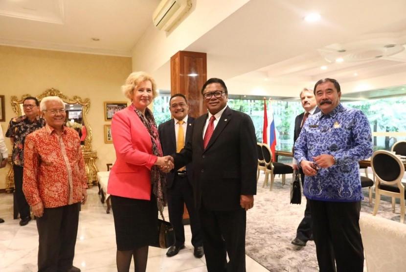 Ketua DPD RI, Oesman Sapta, mengadakan pertemuan dengan Duta Besar Rusia, Lyudmila Georgievna Vorobiev, di Rumah Dinas Ketua DPD RI, Kuningan, Jakarta (24/4).