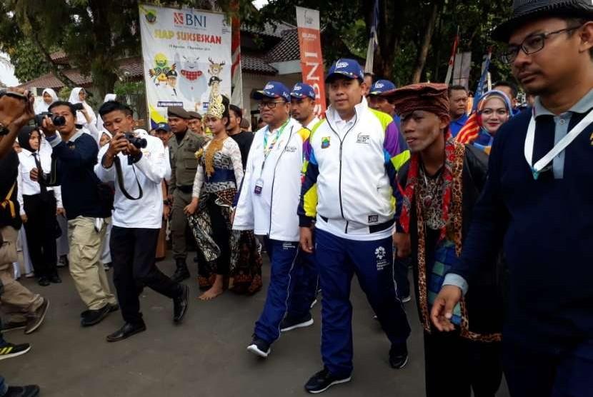 Ketua DPD RI Oesman Sapta Odang dan Bupati Cianjur Irvan Rivano Muchtar menerima obor Asian Games di Pendopo, Kabupaten Cianjur, Senin (13/8) sore.