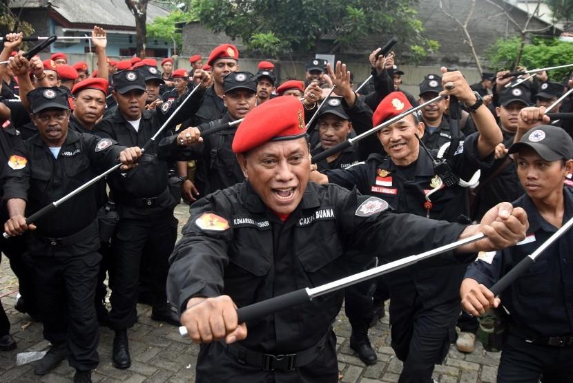 Ketua DPP Bidang Kehormatan PDI Perjuangan Komarudin Watubun (tengah)