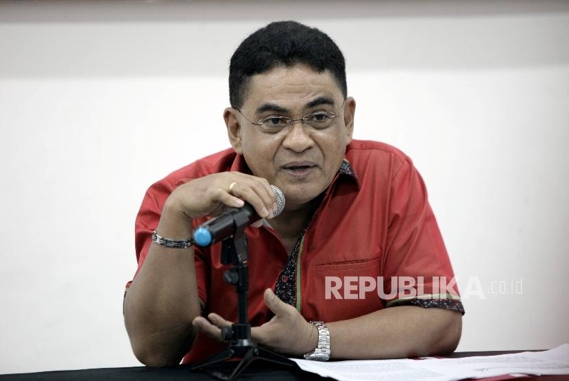 Ketua DPP PDIP Andreas Hugo Pareira memberikan keterangan pers terkait acara perayaan HUT PDIP ke-44 di kantor DPP PDIP, Jakarta, Senin (9/1).