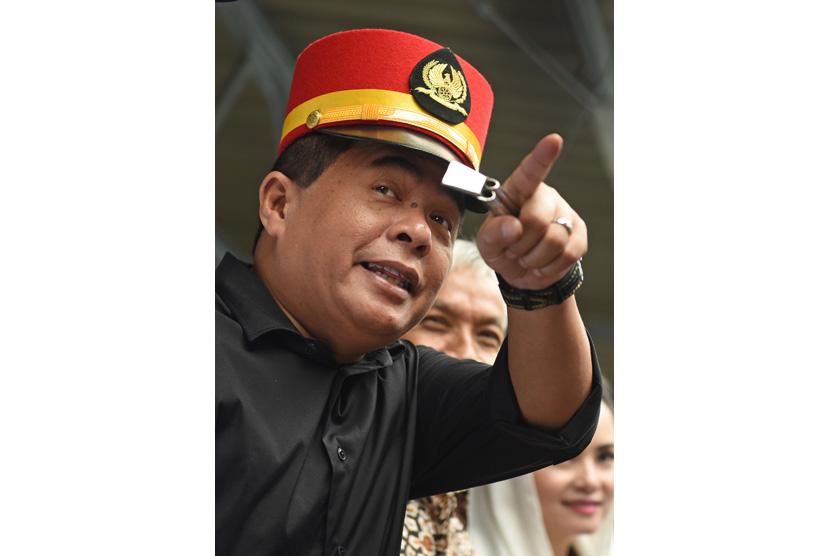 Ketua DPR Ade Komarudin bersiap melepas keberangkatan kereta ketika mengunjungi Stasiun Pasar Senen, Jakarta, Rabu (15/6).