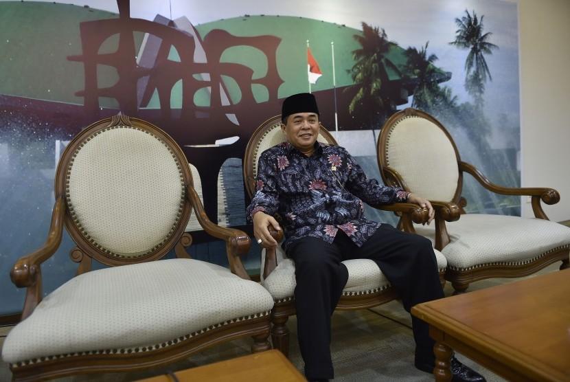 Ketua DPR Ade Komarudin bersiap menyampaikan keterangan pers di Komplek Parlemen Senayan, Jakarta, Rabu (27/4).