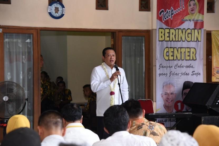 Ketua DPR Bambang Soesatyo saat memberikan arahan kepada pengurus dan relawan Beringin Center untuk Pemenangan Pasangan Calon Gubernur Jawa Tengah Ganjar Pranowo-Taj Yasin di Solo, Rabu (21/3).