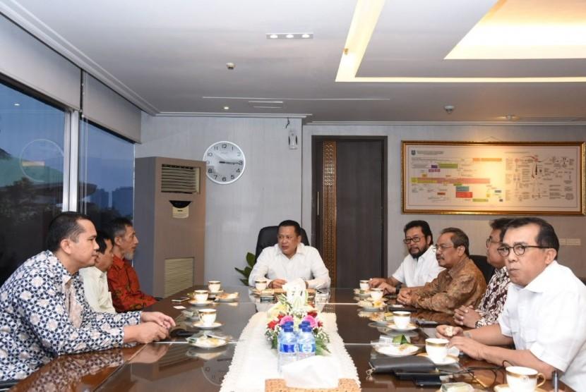 Ketua DPR Bambang Soesatyo saat menerima Aliansi Relawan Perguruan Tinggi Anti Penyalahgunaan Narkoba (ARTIPENA) di ruang kerja Ketua DPR, Jakarta, Senin (7/5).