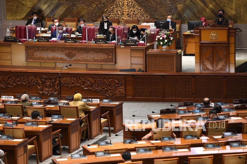 Ketua DPR Puan Maharani (kanan) menyampaikan pidato dalam Rapat Paripurna DPR di Kompleks Parlemen, Senayan, Jakarta, Kamis (6/5/2021). Rapat Paripurna tersebut beragendakan pidato Ketua DPR dalam rangka Pembukaan Masa Persidangan V Tahun Sidang 2020-2021 dan pelantikan anggota pengganti antar waktu DPR.