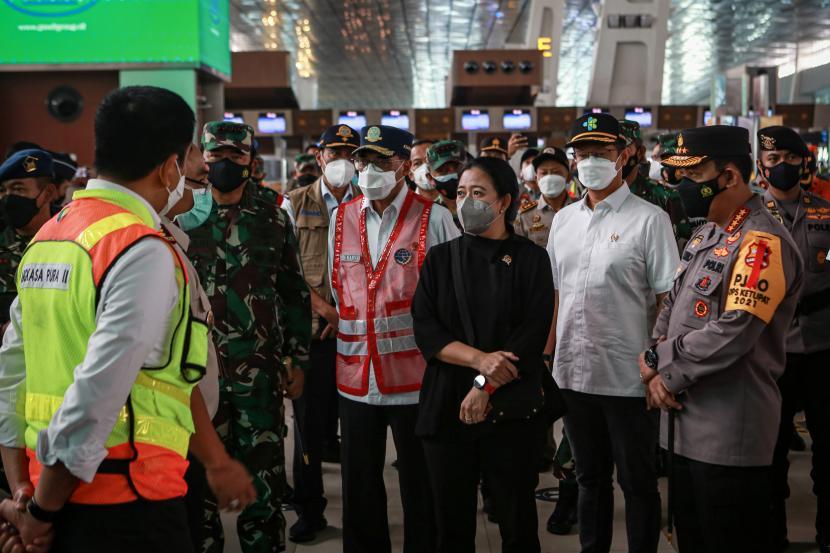 Kapolri Jenderal Pol Listyo Sigit Prabowo (kanan) bersama Ketua DPR Puan Maharani (ketiga kanan) Panglima TNI Marsekal TNI Hadi Tjahjanto (keenam kanan), Menteri Kesehatan Budi Gunadi Sadikin (kedua kanan), Menteri Perhubungan Budi Karya Sumadi (keempat kanan) berbincang dengan petugas Bandara Soekarno Hatta saat kunjungannya di Terminal 3 Bandara Soekarno Hatta, Tangerang, Banten, Rabu (12/5/2021). Kunjungan tersebut bertujuan untuk mengecek pelaksanaan larangan mudik Idul Fitri 1442 H di Bandara Internasional Soekarno Hatta.