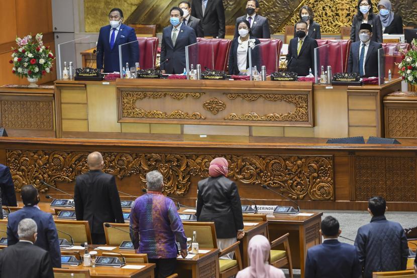 Ketua DPR Puan Maharani (tengah) bersama Wakil Ketua DPR (dari kiri) Rahmad Gobel, Azis Syamsuddin, Sufmi Dasco Ahmad dan Muhaimin Iskandar memimpin Rapat Paripurna Pembukaan Masa Persidangan IV Tahun Sidang 2020-2021 di Kompleks Parlemen, Senayan, Jakarta, Senin (8/3/2021). Rapat Paripurna yang diikuti oleh 86 anggota DPR yang hadir secara fisik dan 260 orang secara virtual tersebut beragenda pidato pembukaan masa persidangan oleh Ketua DPR.