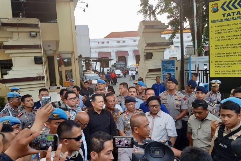 Ketua DPR RI Bambang Soesatyo saat meninjau lokasi ledakan bom di Mapolretabes Surabaya, Senin (14/5).