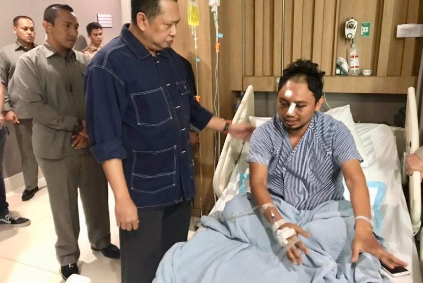 Ketua DPR RI Bambang Soesatyo saat menjenguk Bripka Iwan Sarjana di RS Bhayangkara R Said Sukanto, Jakarta, Sabtu (12/5).