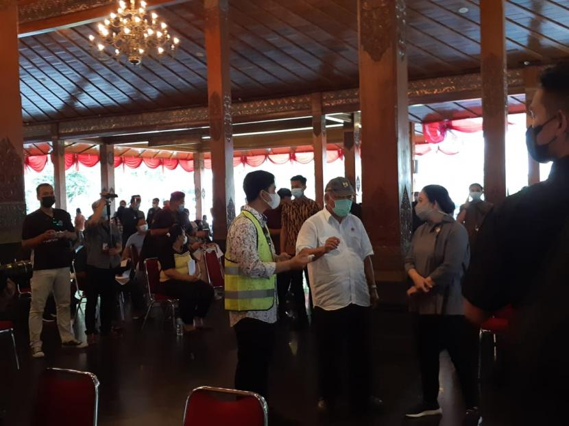 Ketua DPR RI, Puan Maharani, saat meninjau pelaksanaan vaksinasi Covid-19 di Pendhapi Gede Balai Kota Solo, Sabtu (12/6).