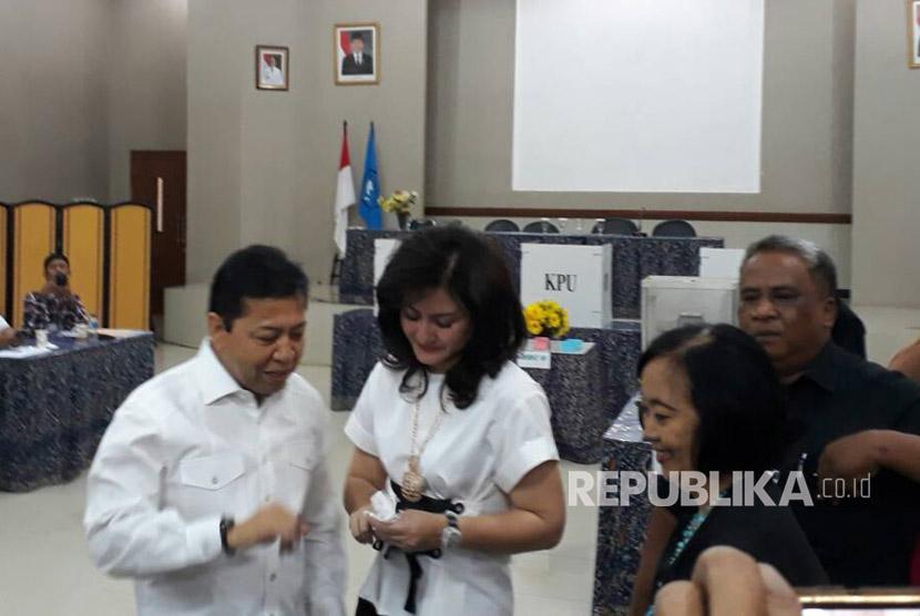 Ketua DPR RI  Setya Novanto bersama sang istri Deisti Astriani