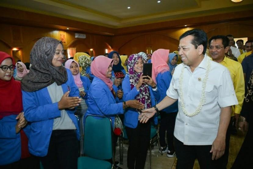 Ketua DPR RI Setya Novanto bertemu Mahasiswa dan Civitas Akademika Sekolah Tinggi Ilmu Ekonomi Sumatera Barat, Pariaman, Sabtu (25/3).