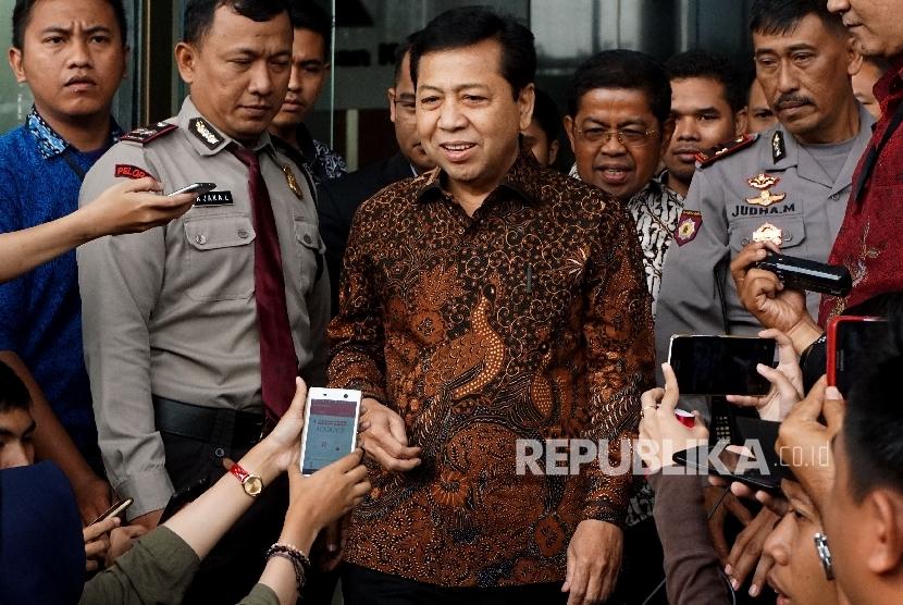 Ketua DPR Setya Novanto didampingi Sekjen Partai Golkar Idrus Marham berjalan usai memenuhi panggilan KPK di gedung KPK, Jakarta, Jumat (14/7).