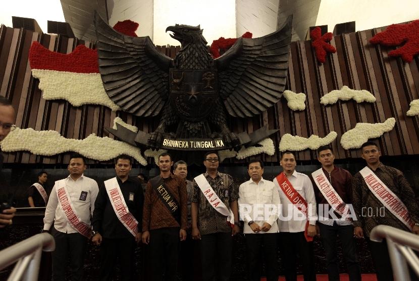 Ketua DPR Setya Novanto (keempat kanan) dan Wakil Ketua DPR Fahri Hamzah (kelima kiri) mengikuti gladi kotor menyambut dan pidato Raja Arab Saudi Salman bin Abdulaziz Al Saud di ruang Paripurna Gedung KK di Kompleks Parlemen, Senayan, Jakarta, Selasa (28/2