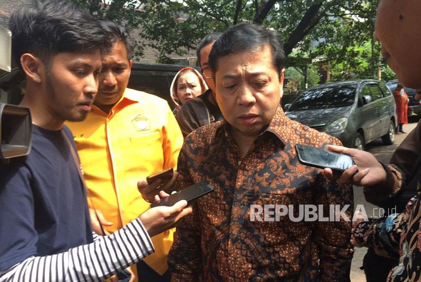 Ketua DPR Setya Novanto saat ditanyai wartawan usai menghadiri HUT Kosgoro 57 di Jalan Hansg Lekiu I Nomor 3 Kebayoran Baru, Jakarta pada Jumat (10/11).