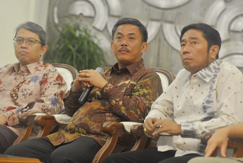 Ketua DPRD DKI Prasetio Edi Marsudi (tengah)