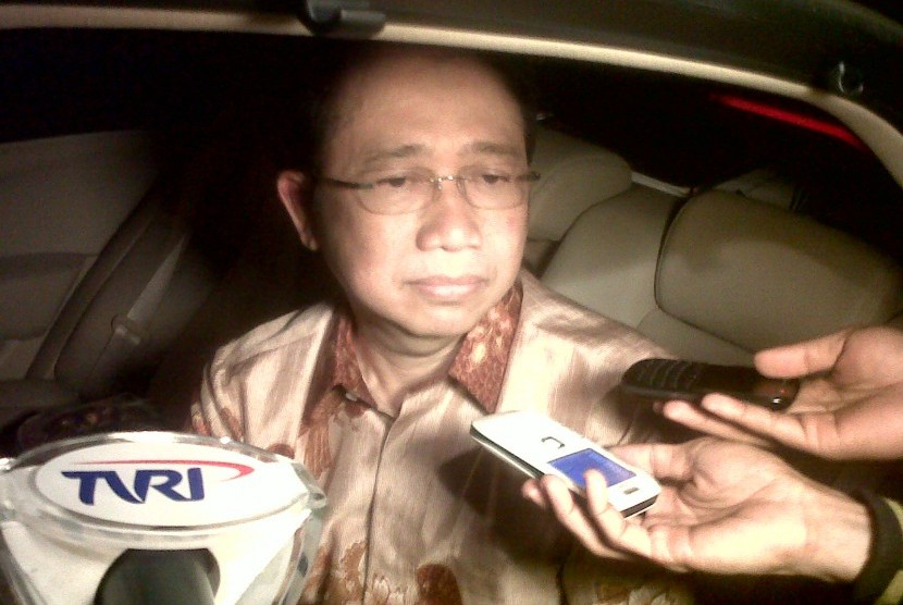 Ketua DPRRI Marzuki Alie tengah melintas di kediaman rumah dinas Akil Mochtar