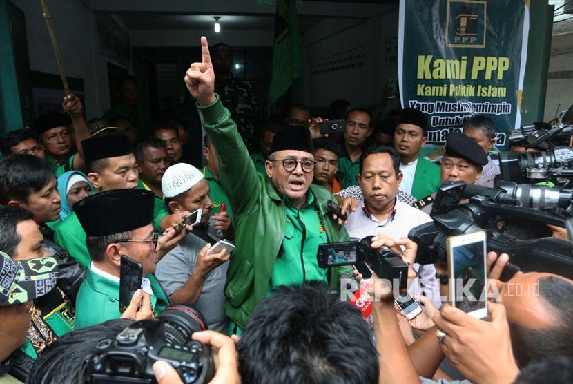 Ketua DPW Partai Persatuan Pembangunan (PPP) Sumut Yulizar Parlagutan Lubis (tengah) berteriak saat memberi keterangan kepada wartawan, di Medan, Sumatera Utara, Kamis (11/1).