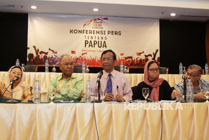 Ketua Gerakan Suluh Kebangsaan Mahfud MD (tengah) bersama para tokoh bangsa Sinta Nuriyah Wahid (kiri), Simon Morin (kedua kiri), Alissa Wahid (kedua kanan), Quraish Shihab (kanan) memberikan pernyataan sikap terkait kerusuhan di Papua di Jakarta, Jumat (23/8/2019).