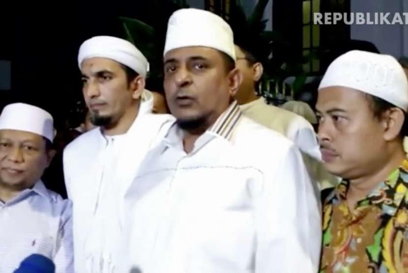 Ketua GNPF Ulama, Yusuf Martak (kedua kanan)
