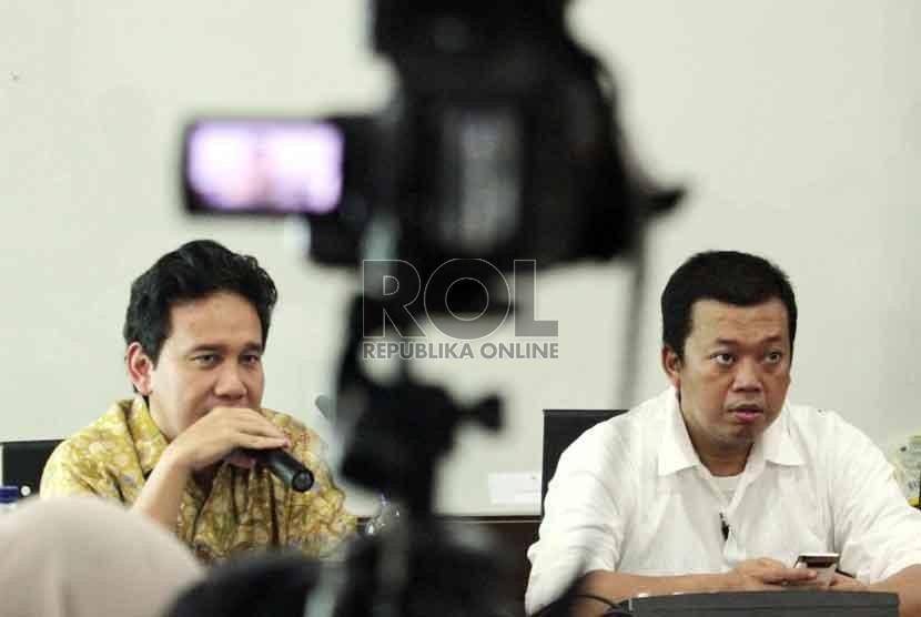 Ketua GP Ansor Nusron Wahid (kanan), dan Deputi Gubernur Senior (DGS) Bank Indonesia (BI) Mirza Adityaswara saat diskusi publik di Jakarta, Jumat (19/9). (Republika/ Yasin Habibi)