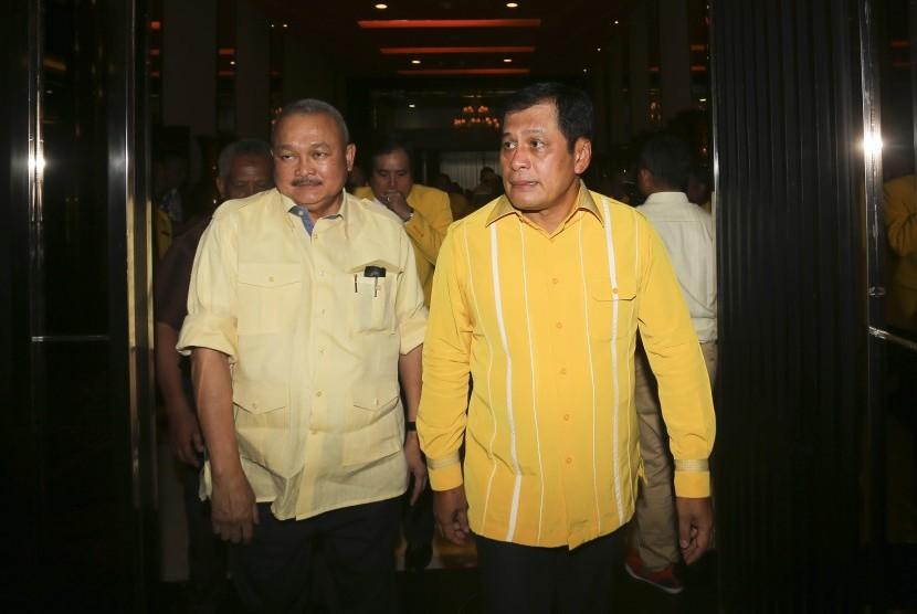 Ketua Harian DPP Partai Golkar Nurdin Halid (kanan) berjalan bersama Ketua DPD Partai Golkar Provinsi Sumatera Selatan Alex Noerdin sesaat sebelum penyerahan Surat Keputusan (SK) Bakal Calon Gubernur Provinsi Sumatera Selatan di Palembang, Sumatera Selatan, Selasa (31/10).