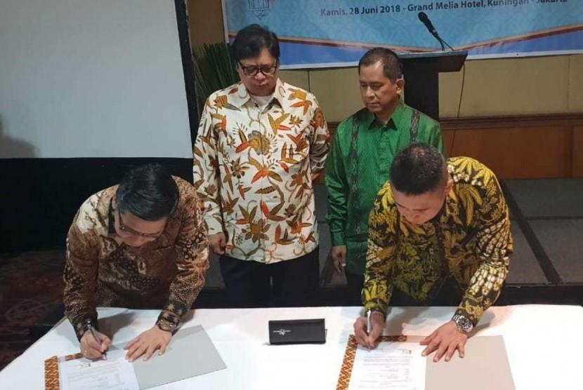 Ketua HKI Sanny Iskandar (paling kiri) dan Direktur Enterprise & Business Service Telkom Dian Rachmawan (paling kanan) saat menandatangani Nota Kesepahaman tentang Penyediaan dan Pengembangan Layanan Telecommunication, Information, Media, Edutainment & Services (TIMES) disaksikan oleh Menteri Perindustrian RI Airlangga Hartarto (kedua dari kiri) dan Sekjen HKI Rahmadi Nugroho (kedua dari kanan) di Jakarta, Kamis (28/6).