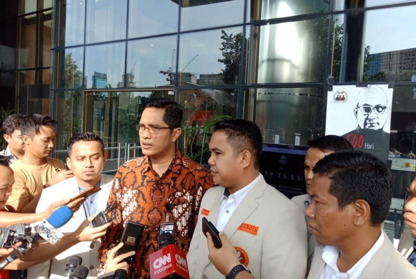 Ketua Hukum Ham PPPM Razikin (kanan), Sekjen PPPM Dzulfikar A Tawalla (kedua dari kanan), Jubir KPK Febri Diansyah, di gedung KPK, Kamis (10/1).