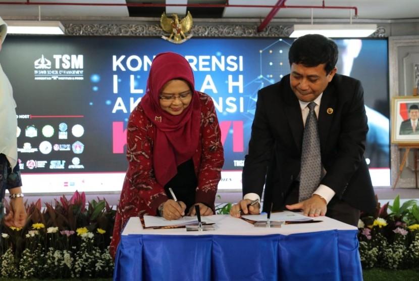 Ketua IAI-KAPd Prof. Dr. Dian Agustia, S.E., M.Si., Ak., CA., CMA sedang menandatangani Memorandum of Understanding (MoU) bersama Ketua Trisakti School of Management (TSM) Arya Pradipta, S.E., Ak., M.E., CA. MoU tersebut ditanda tangani atas dibukanya kegiatan Konferensi Ilmiah Akuntan (KIA) yang ke 6, Kamis, (14/3) di TSM, Grogol, Jakarta Barat.