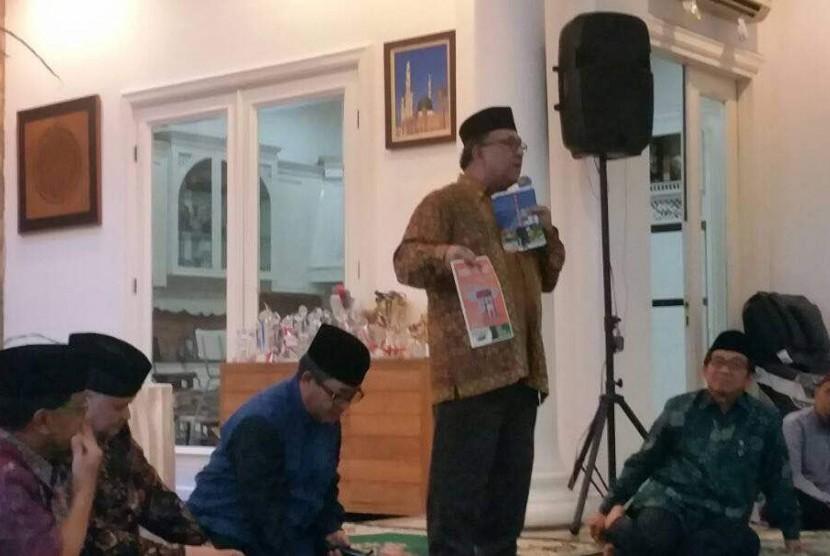 Ketua IHLC Sapta Nirwandar memaparkan INHALEC 2017 di hadapan pengurus MES dan pelaku ekonomi syariah dalam acara Buka Puasa MES di kediaman Ketua OJK DR Muliaman D Hadad yang juga ketua umum MES.