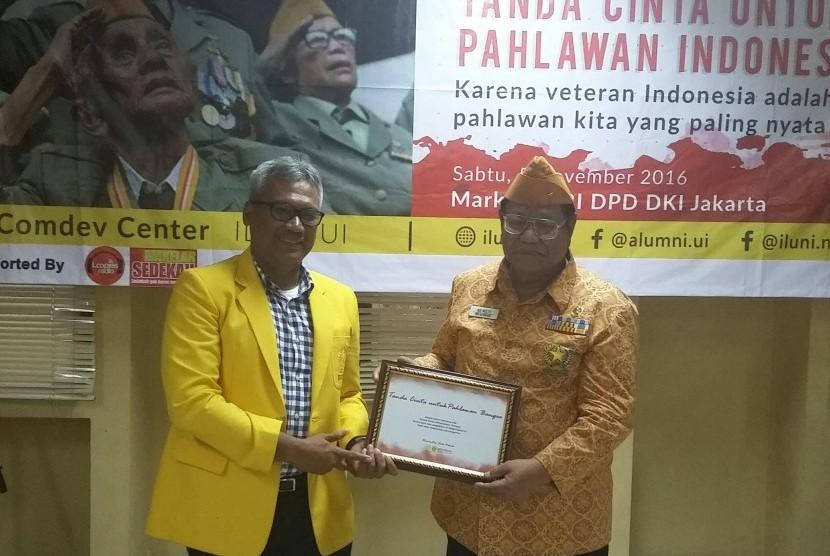 Ketua Iluni UI Arief Budhy Hardono (kiri) dan Ketua DPD LVRI DKI Jakarta Adi Mulyo berfoto selepas serah terima piagam penghargaan di Markas DPD LVRI Jakarta, Sabtu (5/11)