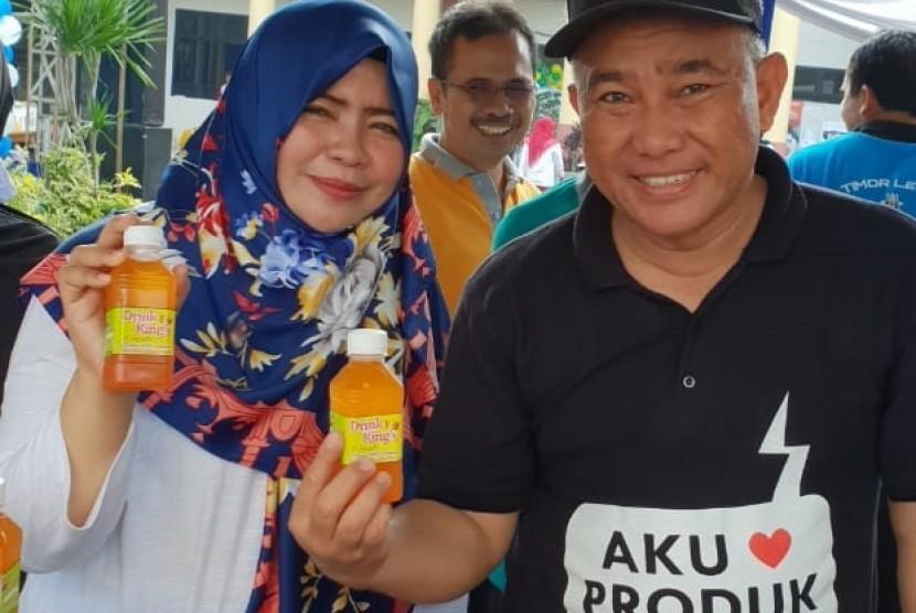 Ketua Iwapi Ranting Bojongsari, Eis Rahmawati bersama Wali Kota Depok, Mohammad Idris