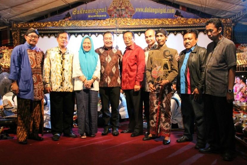 Ketua kelompok DPD di MPR RI, John Pieris (tengah), berfoto bersama sebelum menyaksikan pagelaran wayang kulit dalam rangka Sosialisasi 4 Pilar MPR RI di Kabupaten Bojonegoro, Jawa Timur, Sabtu (9/4).