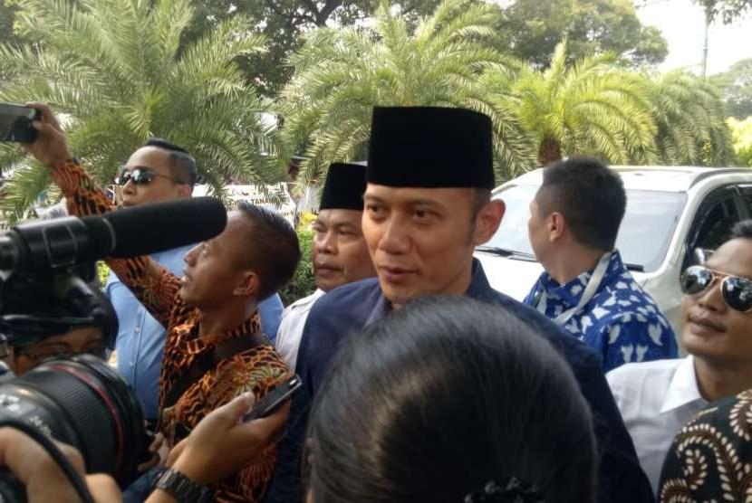 Ketua Kogasma Demokrat  Agus Harimurti Yudhoyono (AHY) turut hadir ke Komisi Pemilihan Umum (KPU) untuk mendampingi pasangan Prabowo-Sandiaga pada pemilihan presiden atau Pilpres 2019, di Jalan Imam Bonjol, Jakarta Pusat, Jumat (10/8).