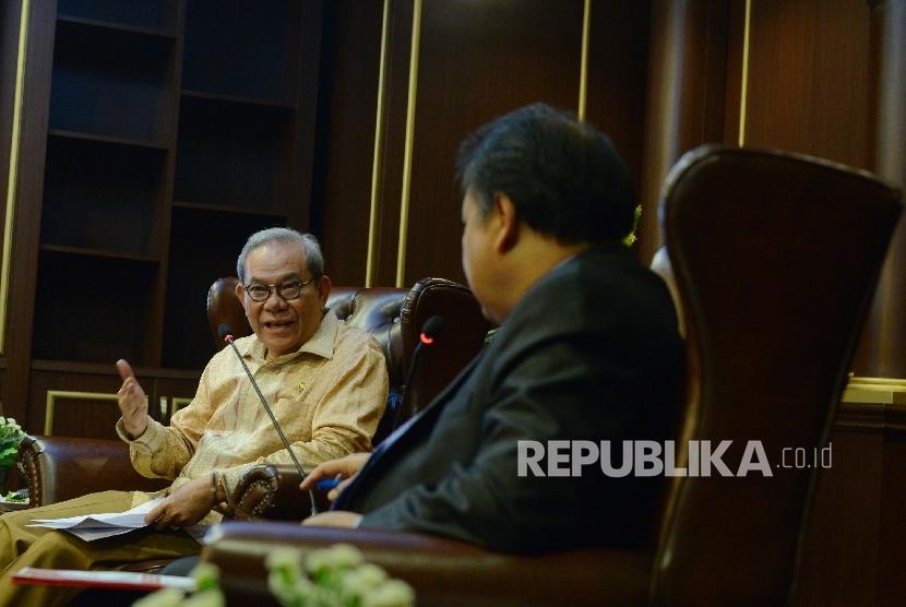 Ketua Komisi II DPR RI Rambe Kamaruzzaman (kiri) berbincang bersama Ketua Mahkamah Konstitusi (MK) Arief Hidayat (kanan) saat menggelar pertemuan konsultasi di Gedung MK, Jakarta, Kamis (14/4). (Republika/ Raisan Al Farisi)