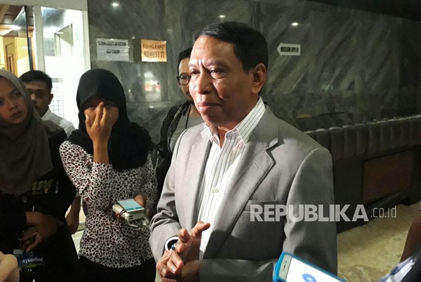 Ketua Komisi II DPR RI, Zainudin Amali menjawab pertanyaan wartawan di Komplek Parlemen Senayan, Jakarta, Kamis (23/11).