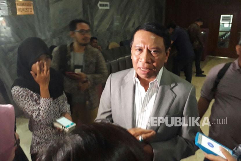 Ketua Komisi II, Zainudin Amali menjawab pertanyaan wartawan di Komplek Parlemen Senayan, Jakarta, Kamis (23/11).