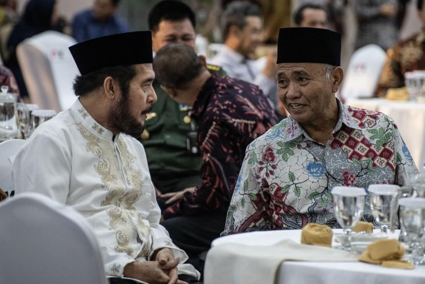 Ketua Komisi Pemberantasan Korupsi (KPK) Agus Rahardjo (kanan) berbincang dengan Ketua Mahkamah Konstitusi (MK) Anwar Usman (kiri) saat menghadiri acara buka bersama pimpinan KPK, di gedung KPK, Jakarta, Jumat (17/5/2019).