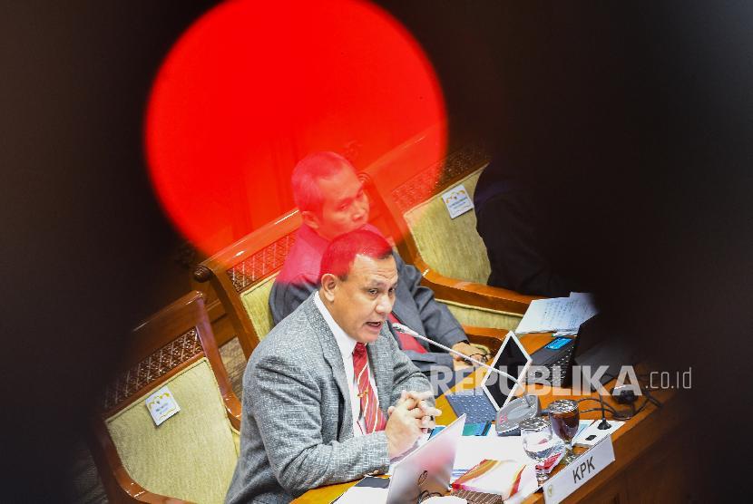 Ketua Komisi Pemberantasan Korupsi (KPK) Firli Bahuri (kiri)
