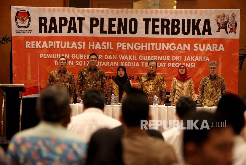 Ketua Komisi Pemilihan Umum (KPU) DKI Sumarno menyampaikan pidaato sambutannya pada Rapat Pleno Terbuka Rekapitulasi perhitungan suara tingkt Provinsi pemilihan Gubernur dan Wakil Gubernur DKI Jakarta tahun 2017 putaran kedua di Jakarta, Sabtu (29/4).