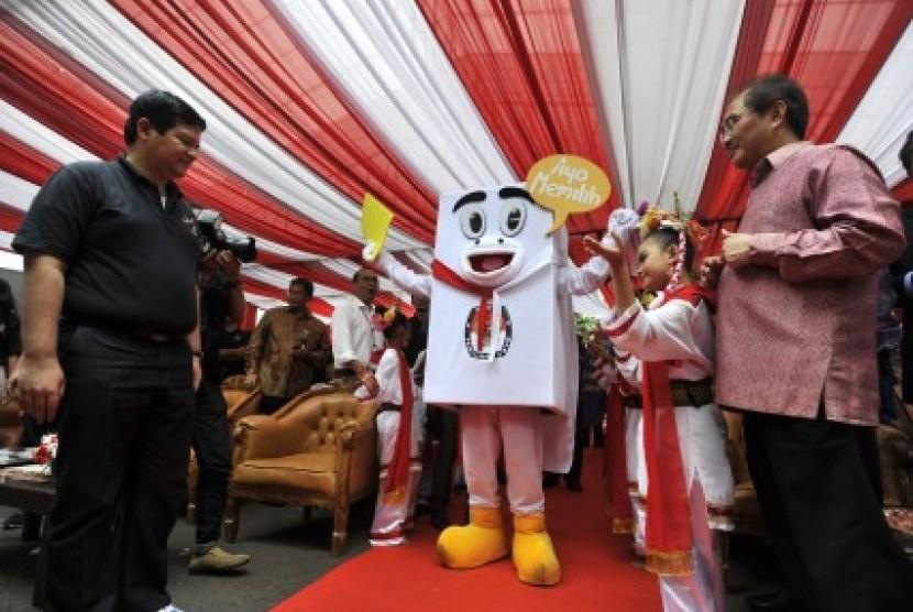 Ketua Komisi Pemilihan Umum (KPU) Husni Kamil Manik (kiri) dan Ketua Dewan Kehormataan Penyelenggaraan Pemilu (DKPP) Jimly Asshiddiqie (kanan) menyambut maskot Pemilu 2014