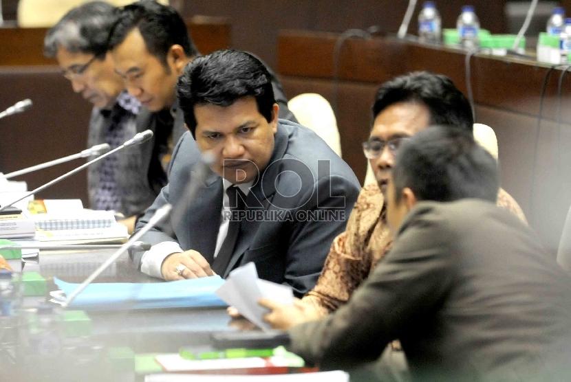 Ketua Komisi Pemilihan Umum (KPU) Husni Kamil Manik (kiri) mengikuti rapat dengar pendapat dengan Komisi II DPR di Kompleks Parlemen, Senayan, Jakarta, Kamis (23/4).(Republika/Agung Supriyanto).