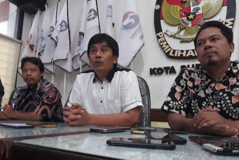 Ketua Komisi Pemilihan Umum (KPU) Kota Surabaya Nur Syamsi (tengah) memberikan keterangan pers di Kantor KPU Surabaya, Senin (22/4).
