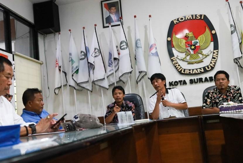 Ketua Komisi Pemilihan Umum (KPU) Kota Surabaya Nur Syamsi (kedua kanan) menerima sejumlah pengurus dari sejumlah partai di KPU Kota Surabaya, Jawa Timur, Senin (22/4/2019).
