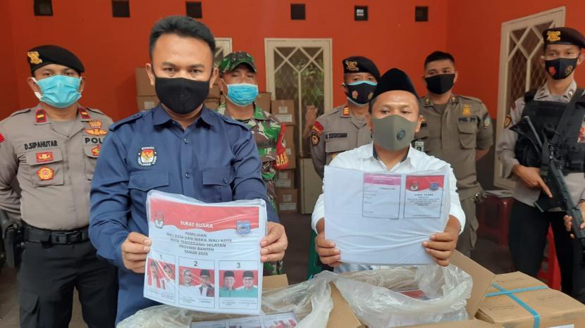 Ketua Komisi Pemilihan Umum (KPU) Kota Tangerang Selatan, Bambang Dwitoro menunjukkan surat suara Pilkada 2020 yang baru tiba di Gudang KPU Tangsel pada Selasa (24/11).