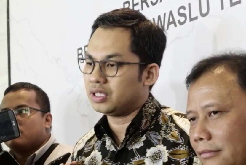 Ketua Komisi Penyiaran Indonesia (KPI), Yuliandre Darwis (tengah)