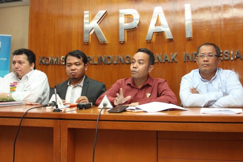 Ketua Komisi Perlindungan Anak Indonesia (KPAI) Susanto (kedua kiri) bersama Komisioner KPAI Jasra Putra (kedua kanan), Direktur kelembagaan Badan pemenangan Prabowo Sandi Ibnu Bilaluddin (kanan) dan Direktur Advokasi Tim Kampanye Nasional Jokowi Ma'aruf Amin Irfan Pulungan (kiri) memberikan keterangan pers usai melakukan pertemuan dalam rangka menguatkan komitmen pasangan calon presiden dan wapres untuk program perlindungan anak di Kantor KPAI, Jakarta, Senin (12/11/2018).