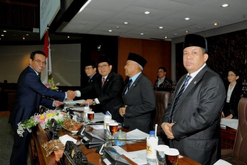 Ketua Komisi VI DPR Teguh Juwarno menyerahkan laporan RUU tentang PPPPM mengenai Pembentukan Organisasi Perdagangan Dunia kepada Ketua Rapat Paripurna, Fadli Zon.