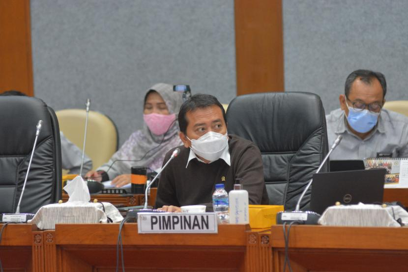 Ketua Komisi X DPR RI Syaiful Huda (bermasker putih).